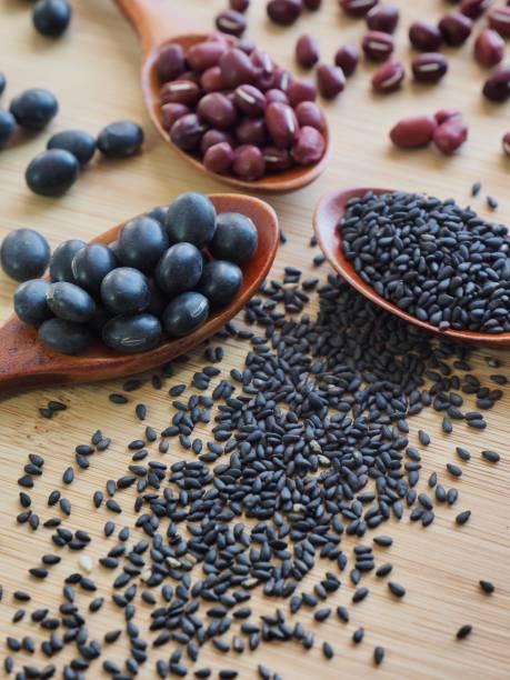 Frijoles rojos y frijoles negros y sésamo negro - foto de stock
