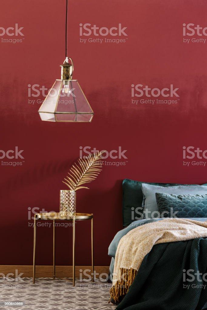 Rotes Schlafzimmer Innenraum Mit Lampe Stockfoto und mehr ...