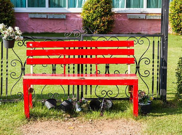 rote sitzbänke vor farbenfrohen house - mülltonnenhäuschen stock-fotos und bilder