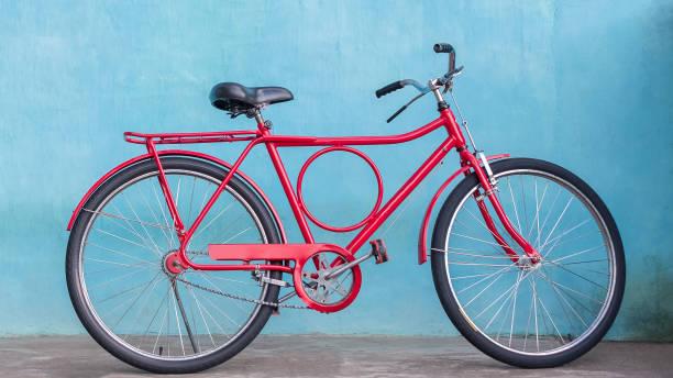 Ein rotes Fahrrad an der Wand – Foto