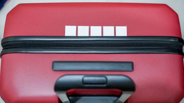 red big suitcase stock foto - trolley kaufen stock-fotos und bilder