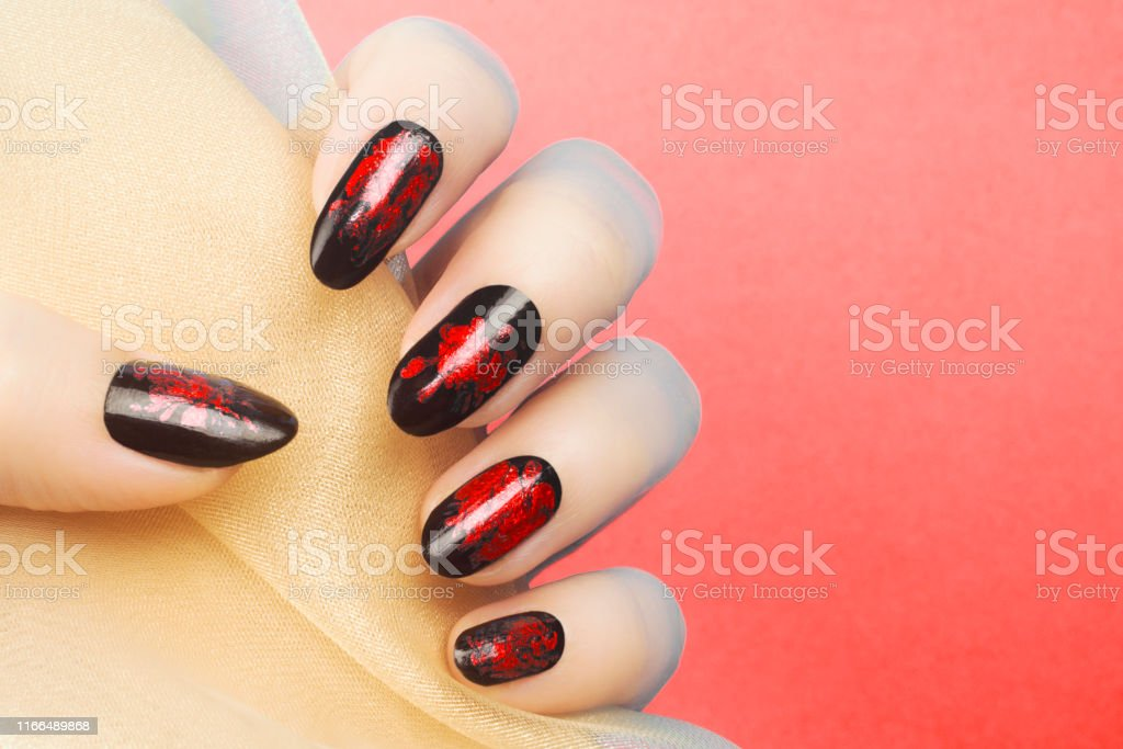 Manicura De Uñas Negras Rojas Foto De Stock Y Más Banco De