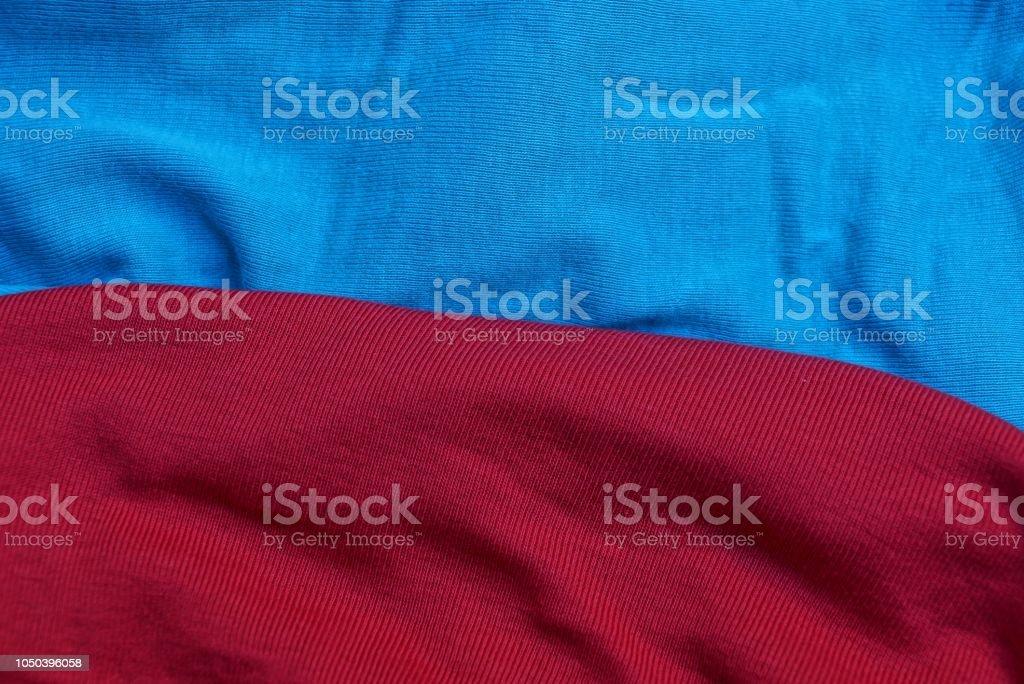 赤い青い布のしわの問題点の背景 ストックフォト