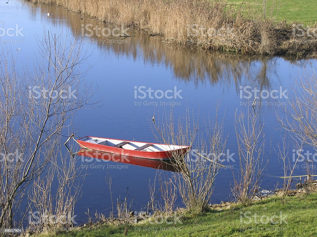 Rotes Boot in lake Lizenzfreies stock-foto