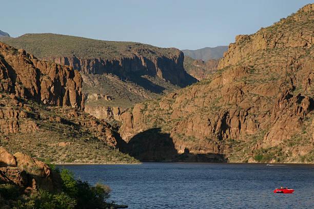 Red Boot auf dem Canyon Lake – Foto