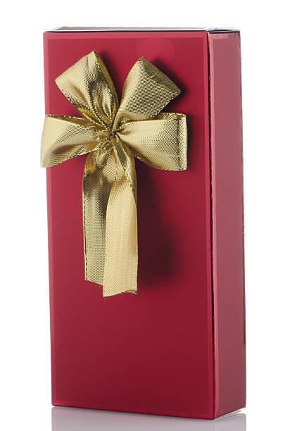 rote geschenkbox mit gold schleife - versandrolle stock-fotos und bilder