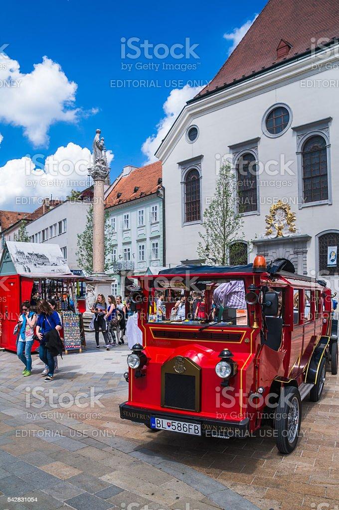 Recorrido en autobús rojo Bratislava - foto de stock