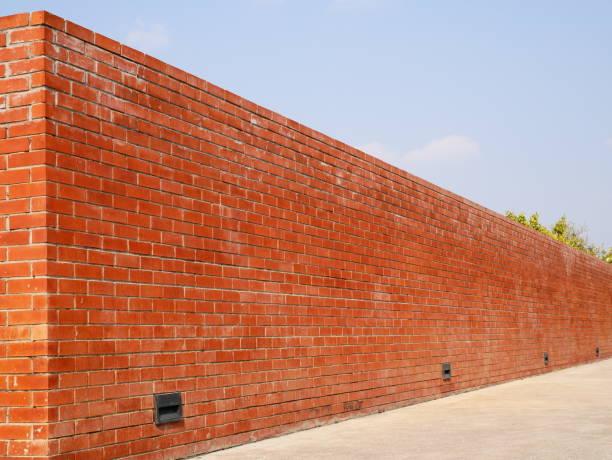 red brick wall - steine für gartenmauer stock-fotos und bilder
