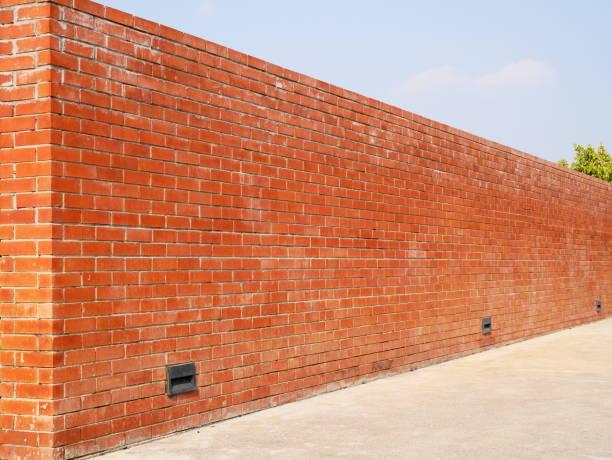 rote ziegelwand - steine für gartenmauer stock-fotos und bilder