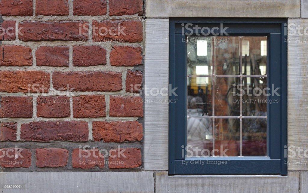 Parede de tijolo vermelho com janela antiga - foto de acervo