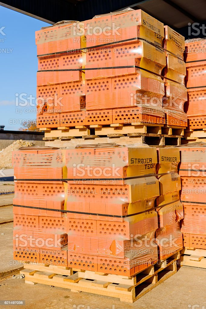 Red bricks on pallets photo libre de droits