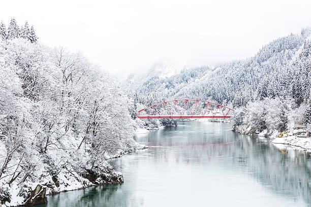 red bridge winter landscape - weihnachten japan stock-fotos und bilder