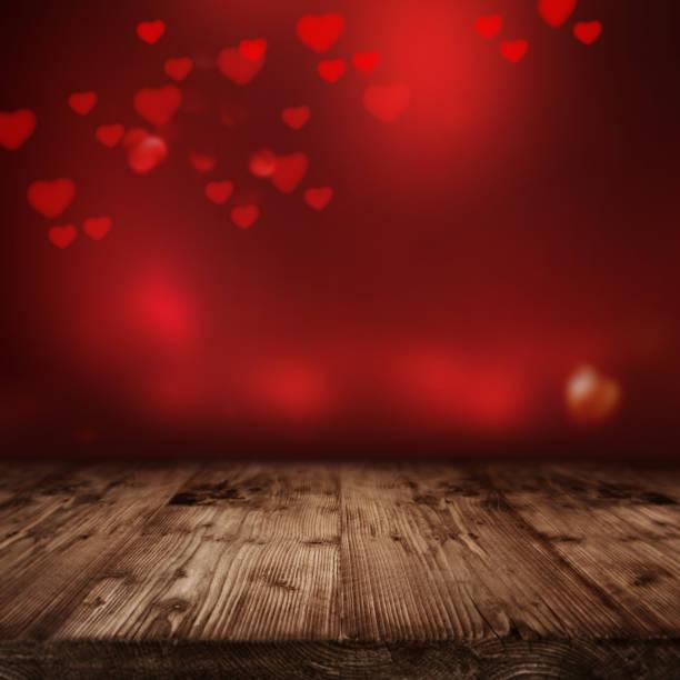 fondo rojo brillante con madera de la etapa - día de san valentín fotografías e imágenes de stock
