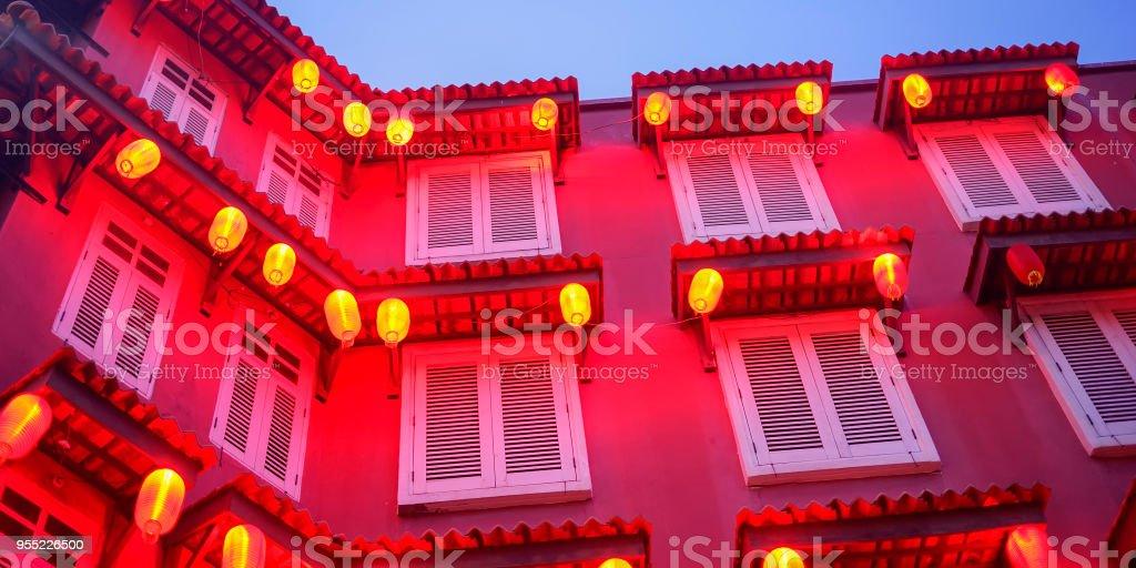 Rotes Gebäude und Laterne während der blauen Stunde. – Foto