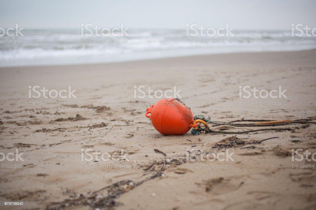 kum üzerinde kırmızı şamandıra royalty-free stock photo
