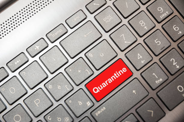 Rote Taste auf dem Computer mit dem Text Quarantäne – Foto