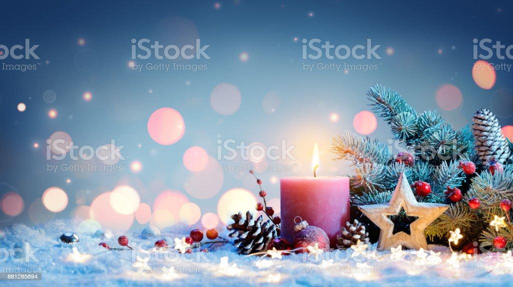 Rote Kerze mit Weihnachtsdekoration – Foto