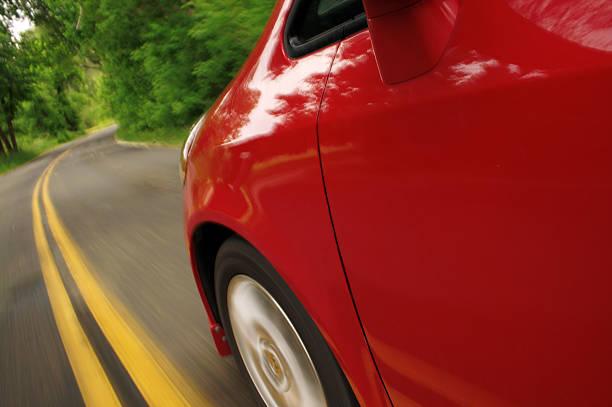 rotes auto in bewegung. seitenansicht. - revierverhalten stock-fotos und bilder