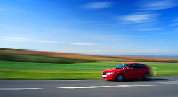Red Car Beschleunigung, die Country Road bis Sommer Landschaft, absichtlich verschwommene – Foto