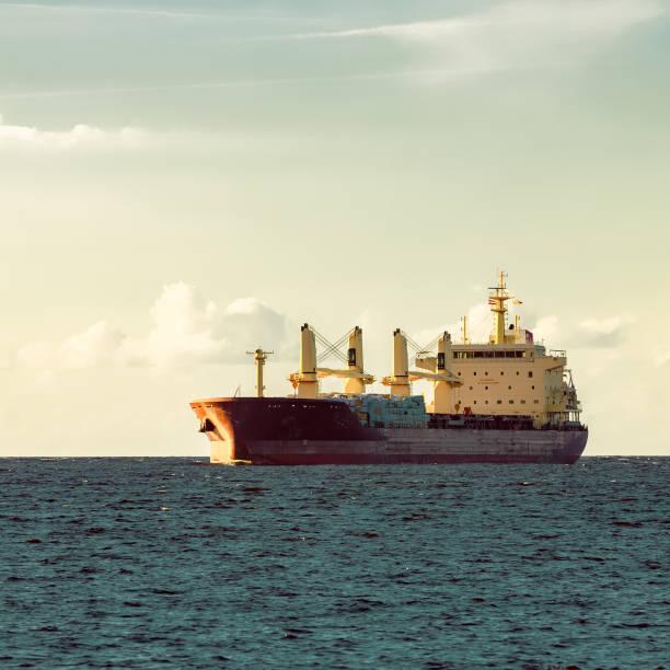 red cargo ship - großes 1x1 stock-fotos und bilder