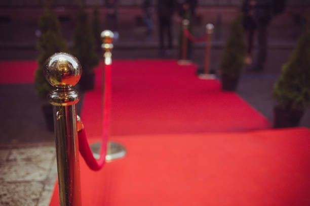 ein roter teppich wird traditionell verwendet, um die route von staatsoberhäuptern bei zeremoniellen und formale gelegenheiten zu markieren und in den letzten jahrzehnten wurde erweitert, um von vips und prominente auf formelle veranstaltungen verwenden. - promi zuhause stock-fotos und bilder