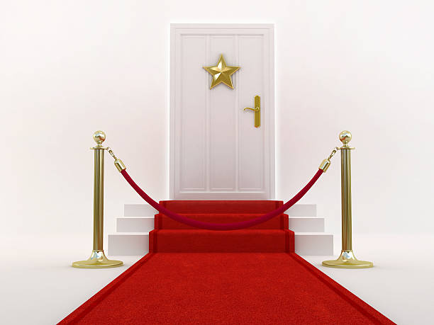 roter teppich führt der tür, mit stern - hochzeits thema hollywood stock-fotos und bilder