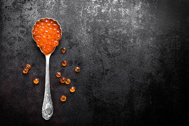 caviar rojo  - caviar fotografías e imágenes de stock