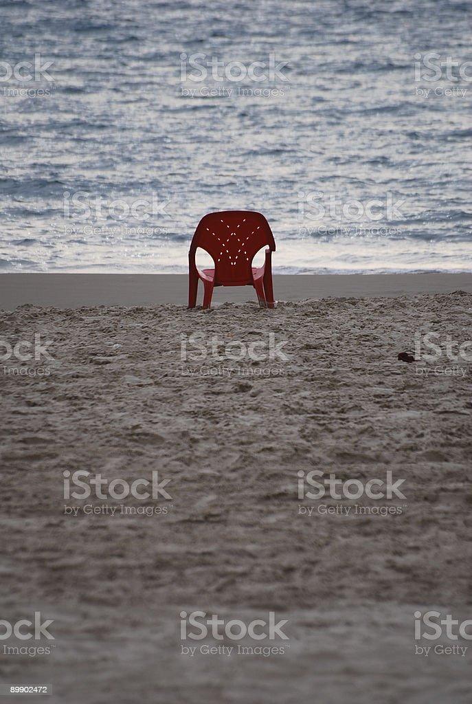 Roten Stuhl in der Nähe von Meer Lizenzfreies stock-foto