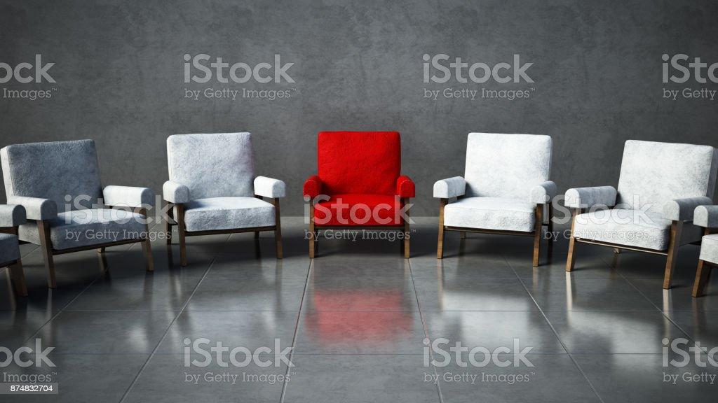 Roter Stuhl stehend unter weißen Stühlen in einem Raum – Foto
