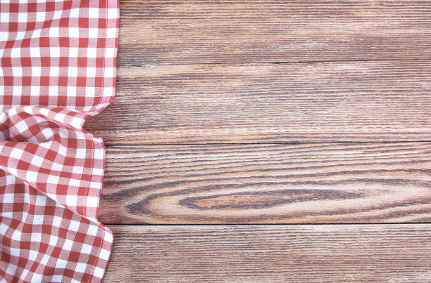 red checked picnic towel cloth on wooden empty space background. - top view, wood table, empty imagens e fotografias de stock