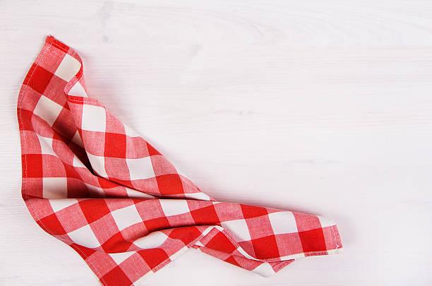 rot karierte serviette auf holz-hintergrund - rotes oberteil stock-fotos und bilder