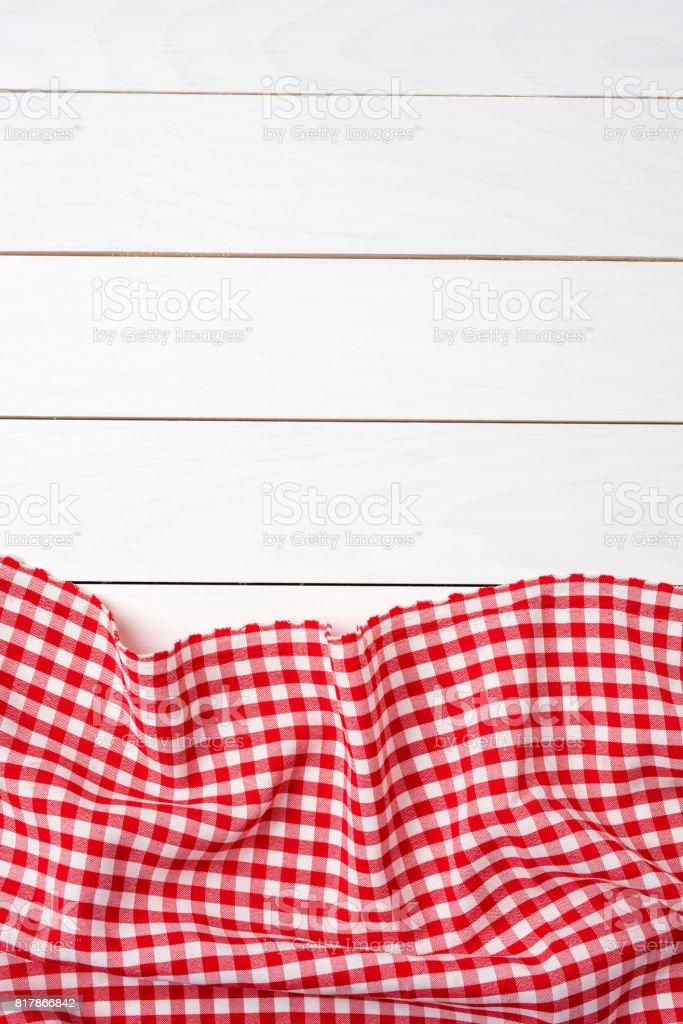 photo de stock de nappe À carreaux rouge audessus dune table en bois