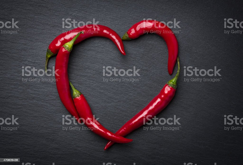 Rouge chili peppers cœur pour la Saint-Valentin. - Photo