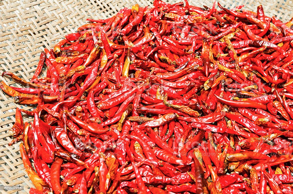 Red Chili peppers in Korb Lizenzfreies stock-foto