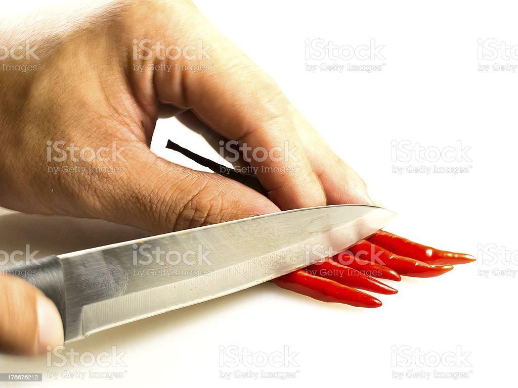 Rojo Chili peppers con la mano de una persona y cuchilla foto de stock libre de derechos