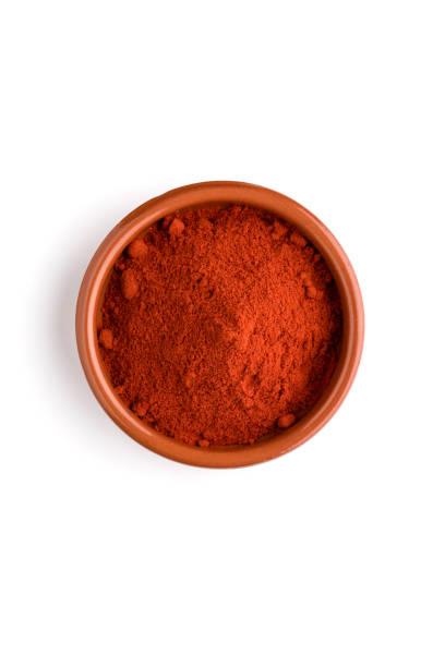 rood poeder van de spaanse peper in een kom - paprikapoeder stockfoto's en -beelden