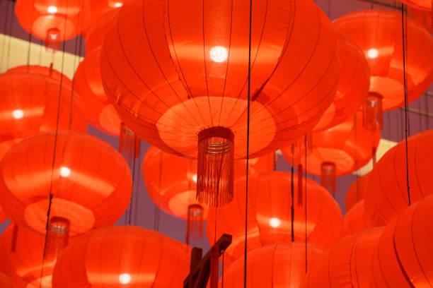red chinese lanterns display - festival delle lanterne cinesi foto e immagini stock