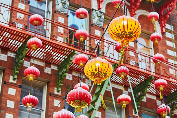 red chinese lanterns in chinatown of san francisco - chinatown stockfoto's en -beelden