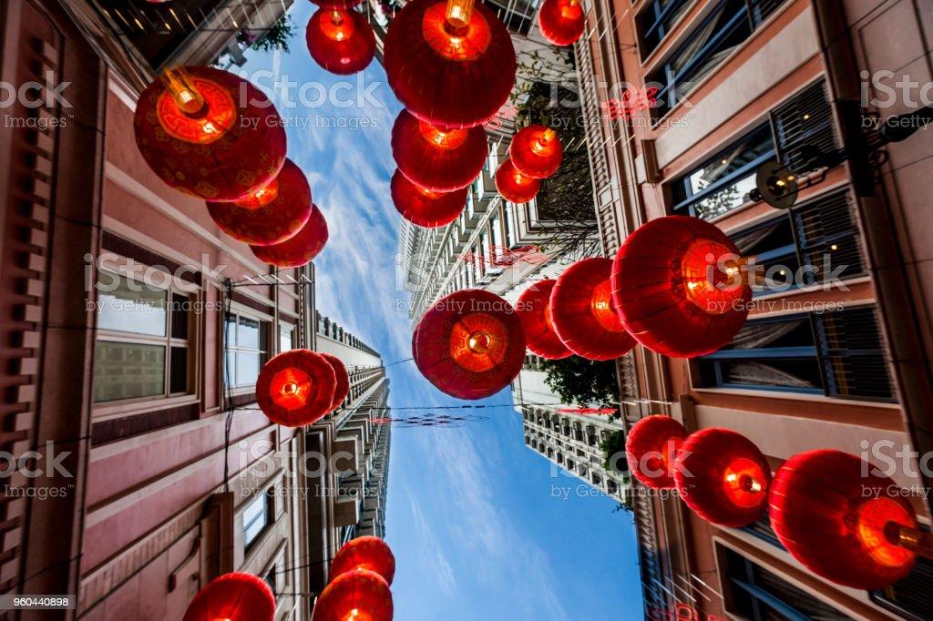 Roten chinesischen Neujahr Laternen hängen auf der Straße – Foto