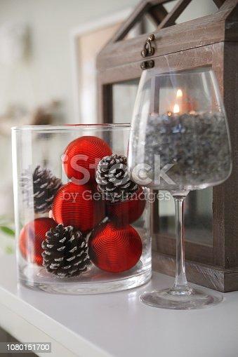 Palle di albero di natale rosse con pigne legnose in un contenitore di vetro. decorazione natalizia