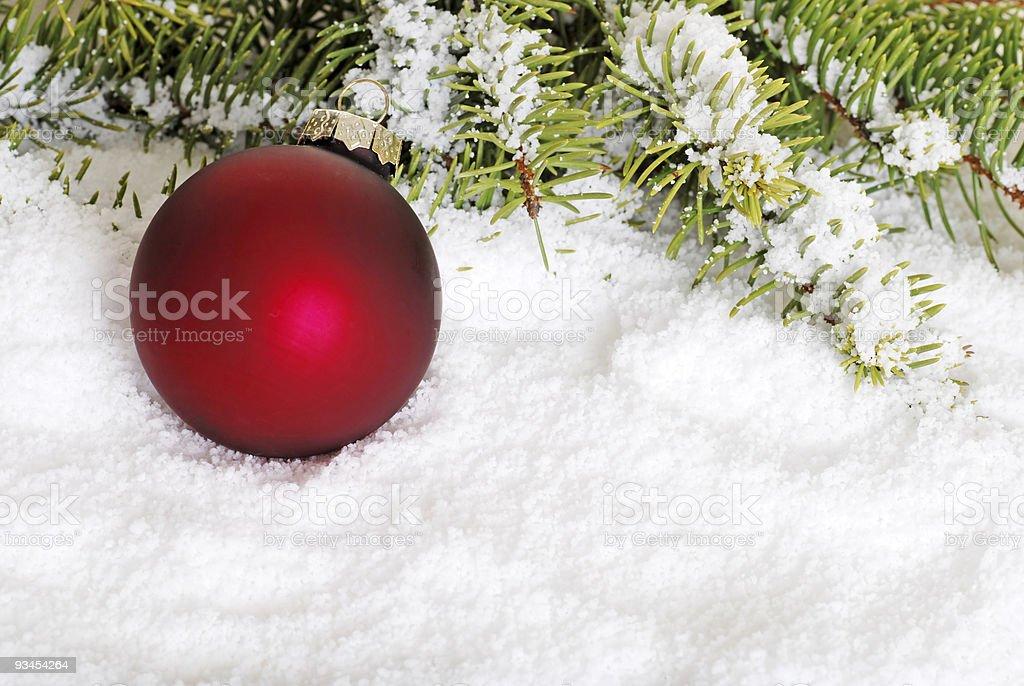 Rote Weihnachts-Kugel auf Schnee Lizenzfreies stock-foto