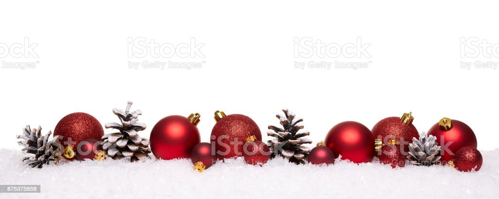 Rote Weihnachtskugeln und Tannenzapfen isoliert auf Schnee – Foto