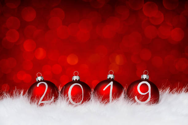 2019 roten Weihnachtskugeln auf defokussierten funkelt – Foto