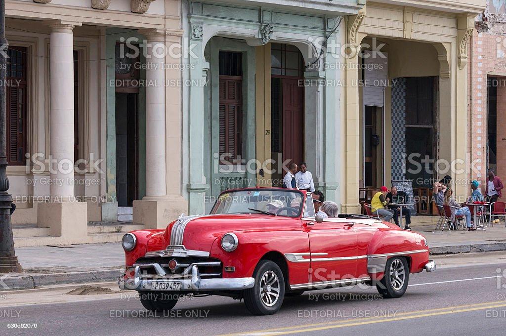 Red classic car in Havana - foto de stock