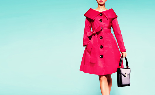 istock Red coat woman with black leather handbag. Beautiful vintage style. 541149082