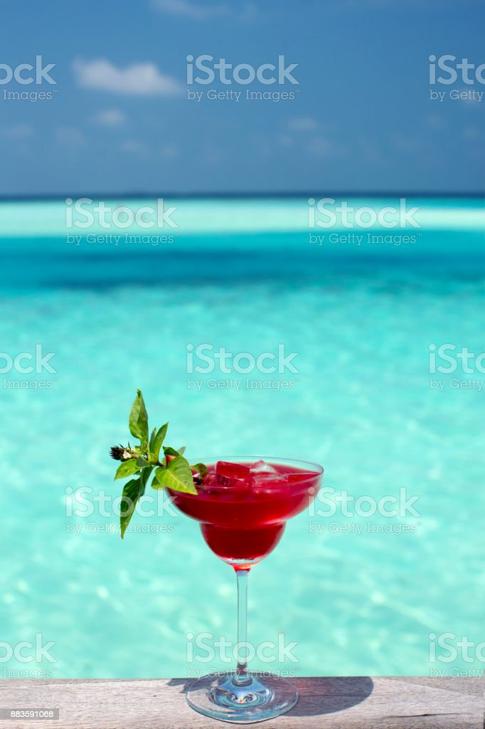 red cocktail by the sea - foto stock