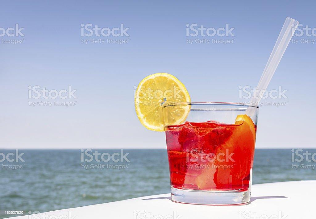 Rosso Cocktail in una giornata luminosa estate - foto stock
