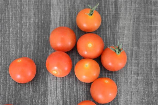 회색 테이블에 빨간 칵테일 토마토 - 배경으로 사용할 수 있습니다 스톡 사진