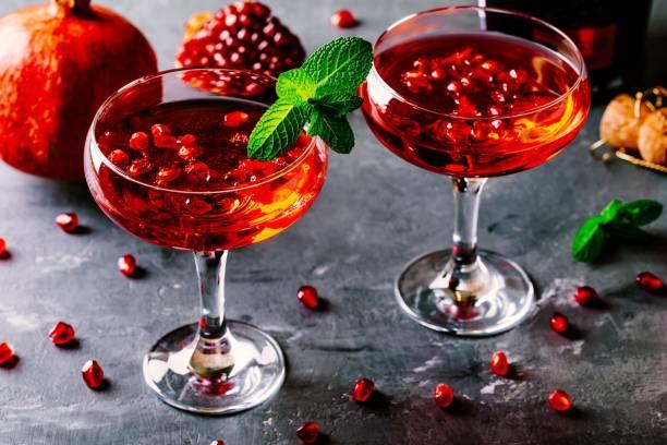 kırmızı ile şampanya ve nar tohum kokteyl - nane şeker stok fotoğraflar ve resimler