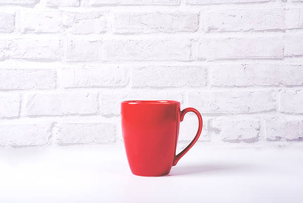 Red coffee cup on white table with white brick background – Foto